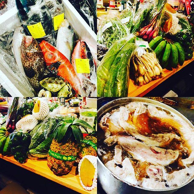 ブラッスリーピガール&六畳間️バカンスも終わり、沖縄から野菜やカラフルな、お魚さんたちが続々入荷️超〜レアなシャコ貝は限定6食️アグー豚、ソーキ、ラフテー、テビチも沖縄そばとともにご用意してまーす️間もなくオープンでーす️^_^